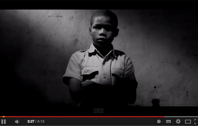 A screenshot of the video for Dookoom's 'Larney Jou Poes'.