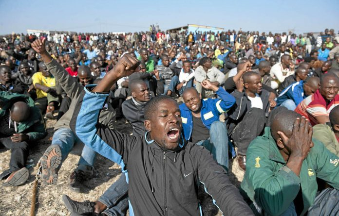 Striking mine workers at Lonmin have accepted a 22% wage increase offer.