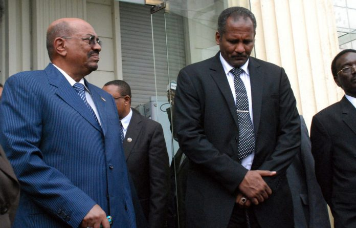 Sudanese President Omar al-Bashir stands alongside members of the Sudanese delegation after meeting with Ethiopian Prime Minister Hailemariam Desalegn.