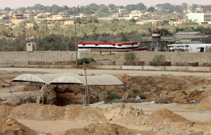 Egypt's army has massed troops and carried out arrests to quell deadly militants in the Sinai Peninsula close to the borders with Gaza and Israel.